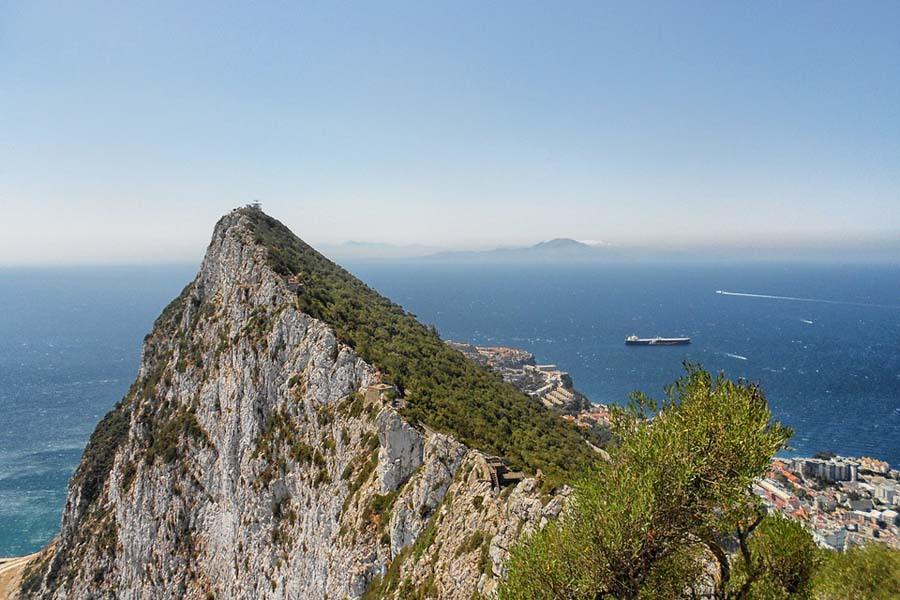 Gibraltarin kallioilta näkee Afrikkaan.