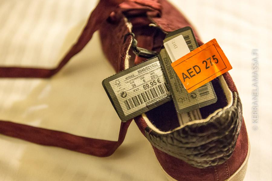 Alennusmyynnissä olleesta kengästä löytyi alennushinnan alta löytyi oikea hinta, joka ei ollut alennettua hintaa kalliimpi.