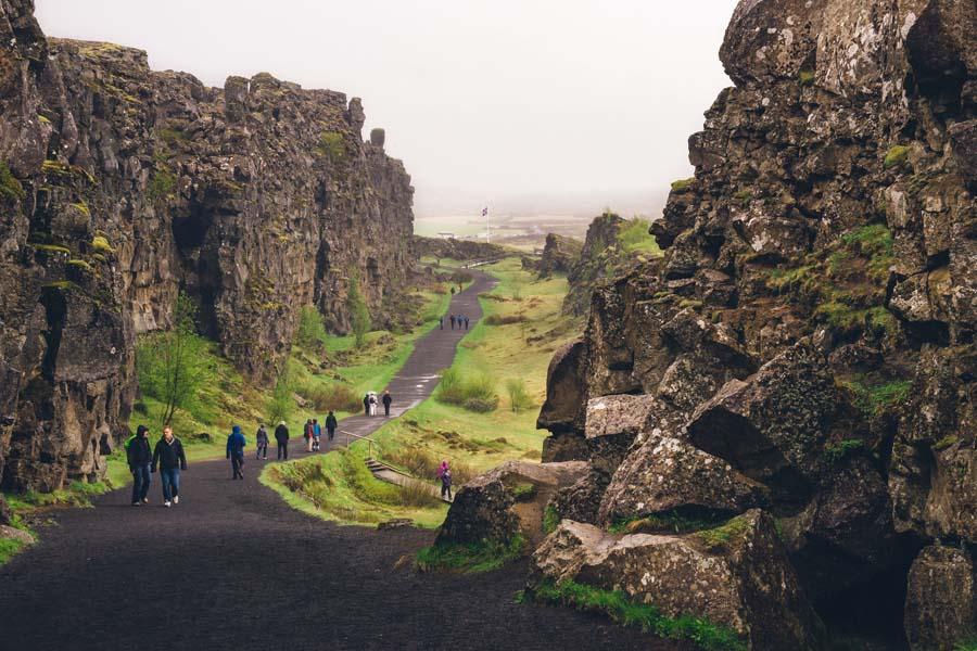 Almannagjássa voi kävellä mannerlaattojen välillä siellä, missä Amerikka ja Euraasia erkanevat toisistaan. Kuva: Mitchel Jones , Flickr CC