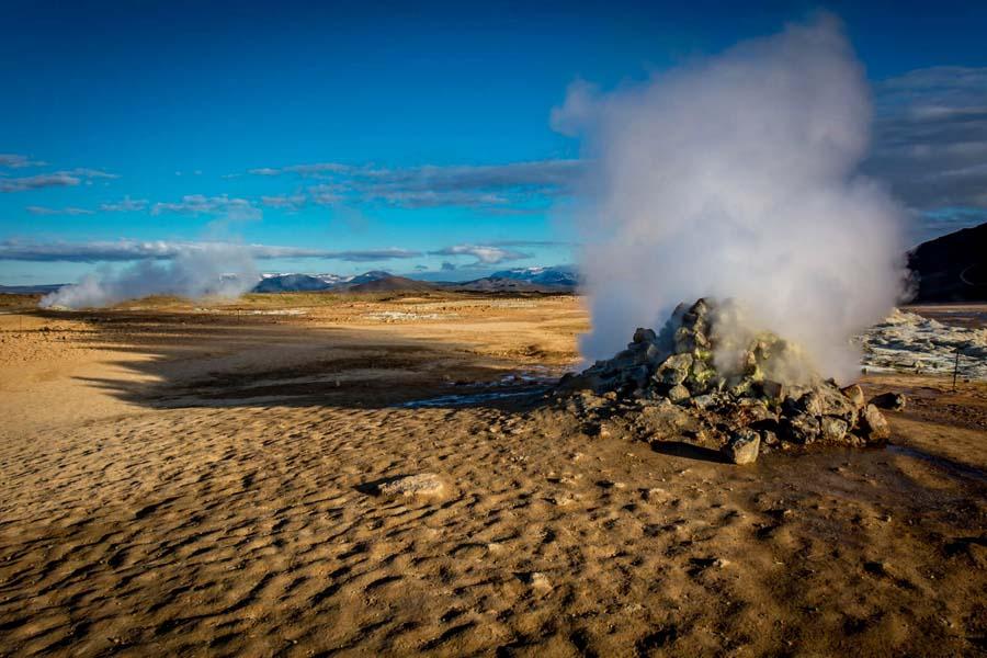Hveraröndissä mutalähteet kuplivat ja höyryt nousevat maansisältä. Kuva: Ron Kroetz, Flickr CC