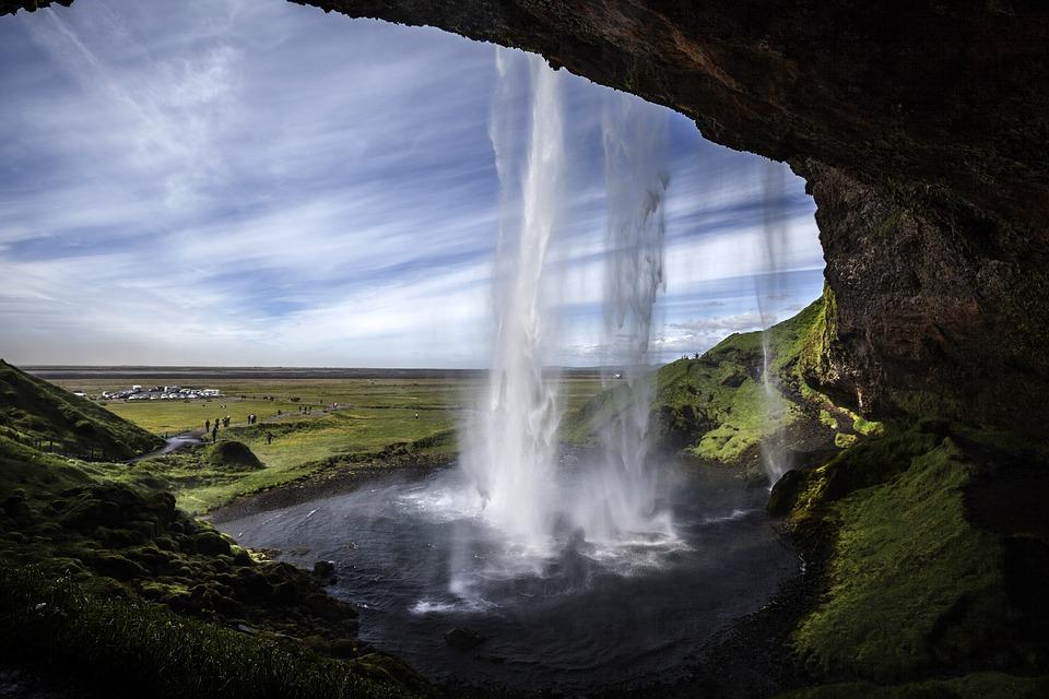 Seljalandsfoss-vesiputousta pääsee ihailemaan myös vesiputouksen takaa, Kuva: Andrés Nieto Porras, Flickr CC