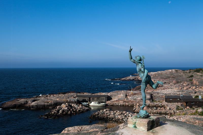 Hermes-jumala toivottaa tervetulleeksi Källskäriin. Kuva: Tiina Tahvanainen / Visit Åland