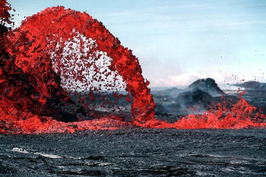 Laava suihkuaa maailman aktiivisimmasta tulivuoresta.