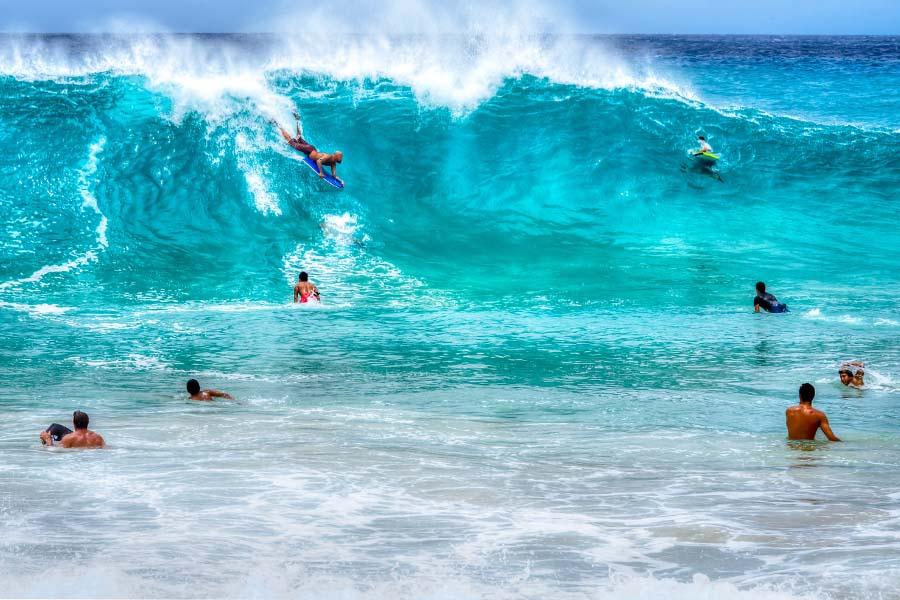 Aallot vyöryvät Oahun Sandy Beachin rantaan kuin turkoosi lumivyöry. Kuva: Floyd Manzano, Flickr CC
