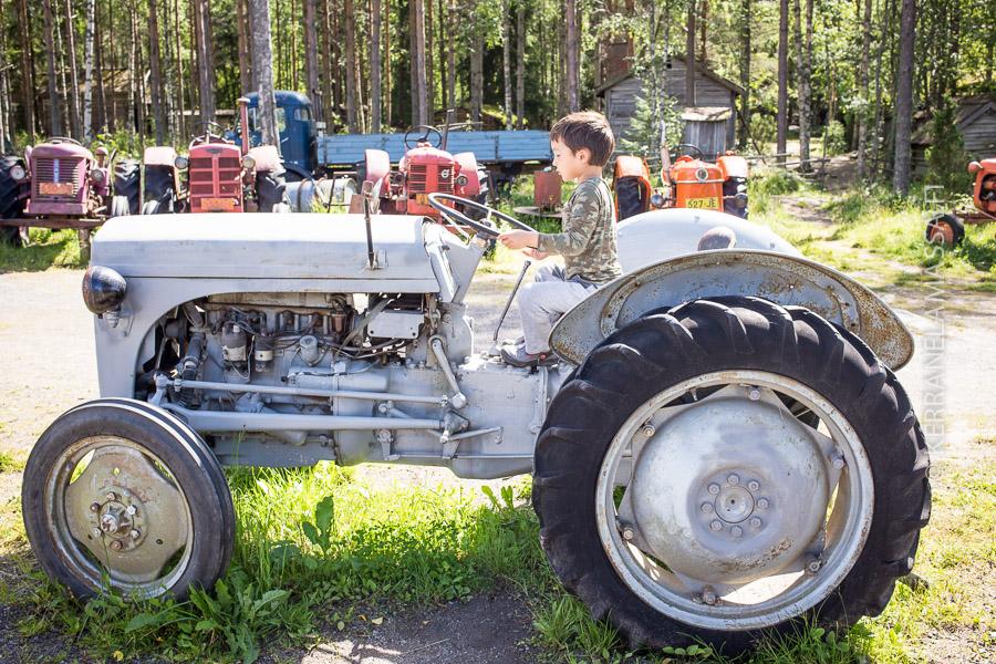 Kyllähän nyt kesällä pitää päästä traktorilla ajamaan.