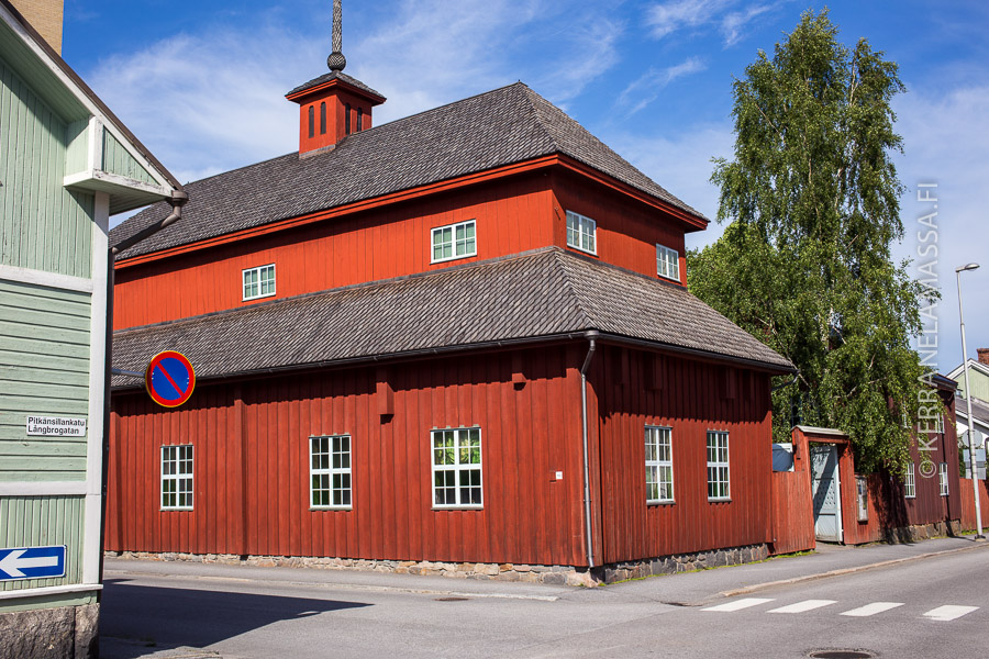 Kokkolan koulumuseon rakennus Pedagogi on Suomen vanhin kaupunkiympäristössä säilynyt puurakennus.