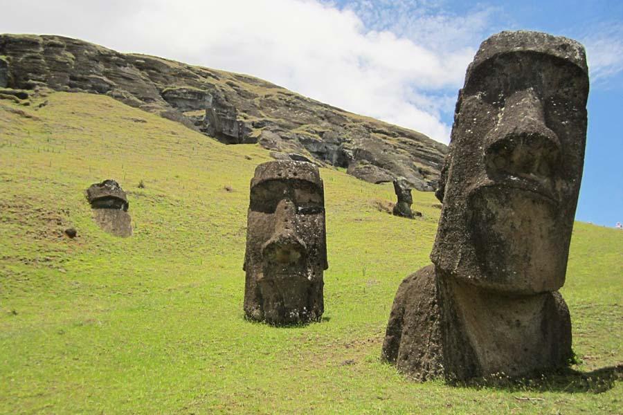 Monet Moai-patsaista ovat hautautuneet osaksi maahan.