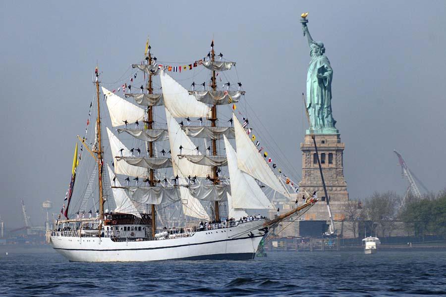 Vapaudenpatsas toivotti siirtolaiset tervetulleeksi Amerikan Yhdysvaltoihin, vapauden maahan.