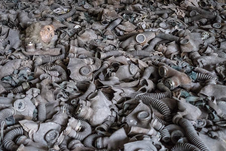 Hylätyt kaasunaamarit peittävät kuin matto Pripjatin koulun luokkahuoneen lattian.