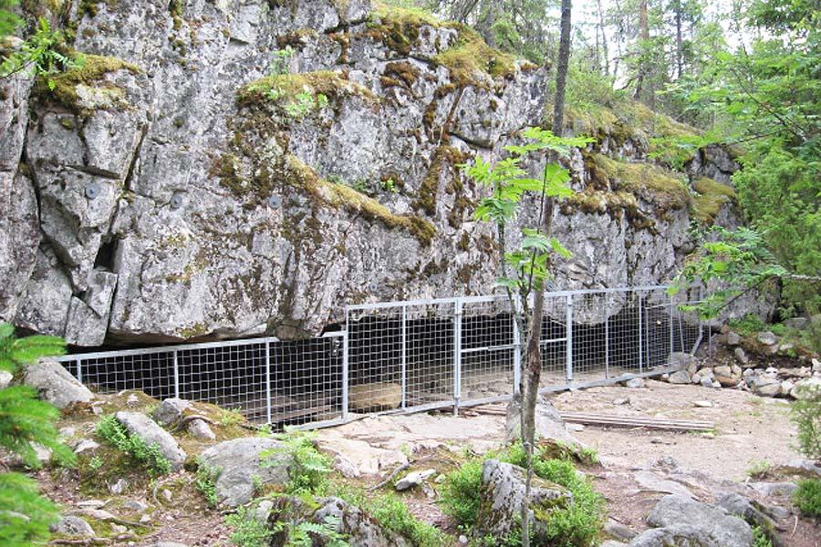 Susiluolan suuaukko. Mitä on sisällä neandertalinihmisten entinen koti vai turhia toiveita? Kuva: Roquai, Wikimedia Commons