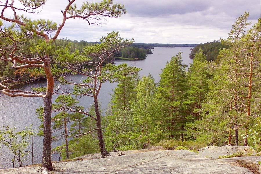 Astuvansalmen maisemat olisivat näkemisen arvoiset ilman kalliomaalauksiakin. Kuva: Jaakko H, Wikimedia