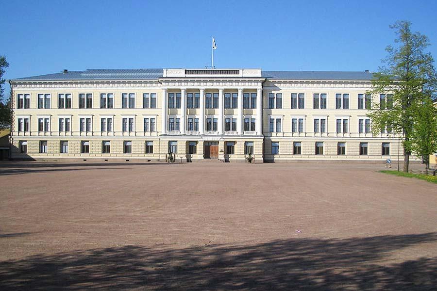 Reserviupseerikoulun päärakennus.