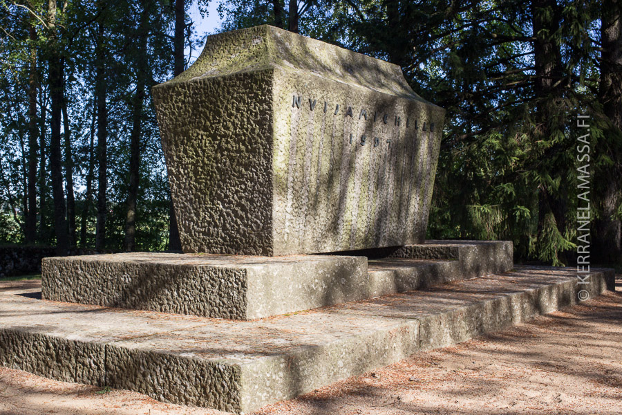 Nuijamiesten muistomerkki Ilmajoen Kapalankankaalla kunnioittaa Santavuoren taistelussa kuolleita.