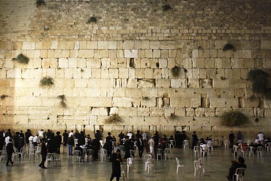 Juutalaiset surevat Itkumuurilla tuhoutunutta temppeliään.