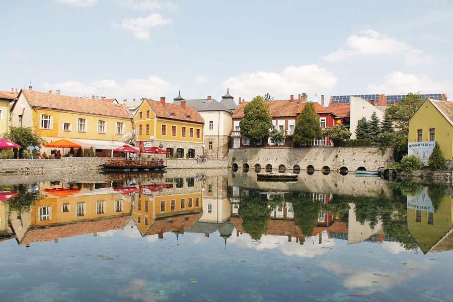 Tapolca on Balatonin alueen viehättävimpiä pikkukaupunkeja.