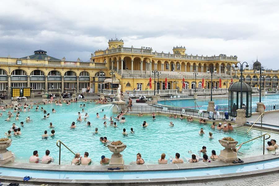 Upea Szechnenyi-kylpylä Budapestissa.