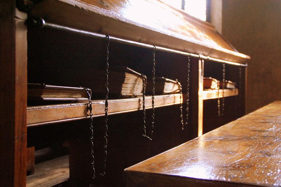 Kirjat on kahlittu ketjuilla hyllyihinsä. Kuva: Massimiliano Calamelli, Flickr CC
