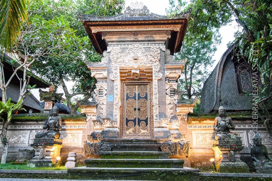 Balilla on usein vaikea tehdä eroa temppelien ja kotitalojen välillä. Niin koristeellisia molempien sisäänkäynnit ovat.