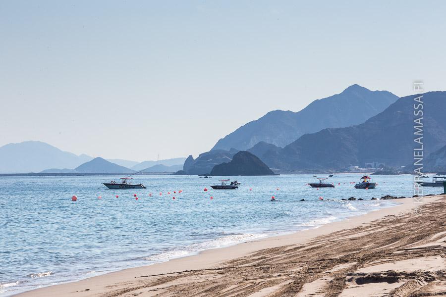 Fujairah on puristunut meren ja vuorten väliin.