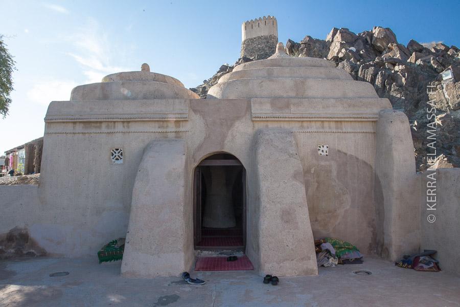Arabiemiirikuntien vanhin moskeija on pienuudessaan vaikuttava maassa missä kaikki on suurta.