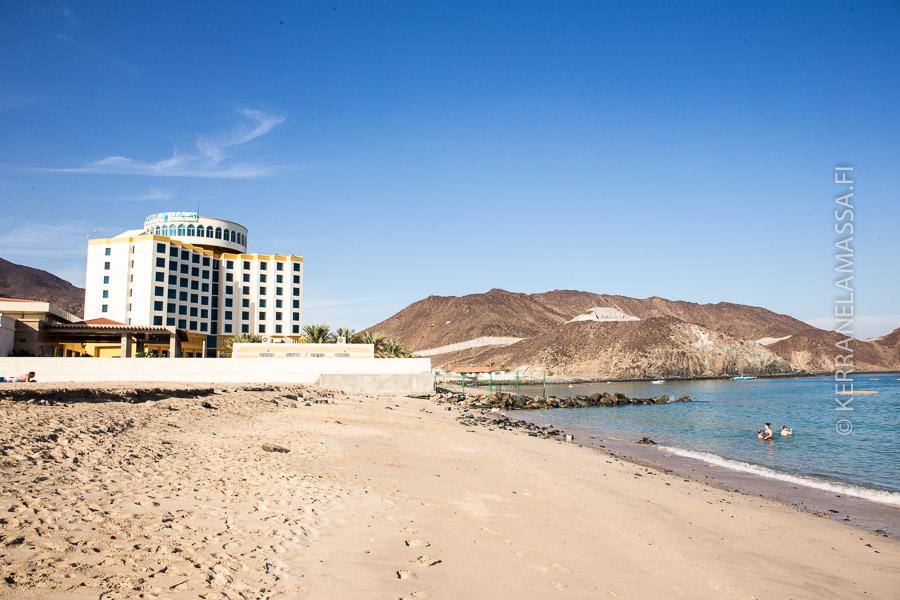 Fujairahin rannoilla on muutama hotelli. Kuvassa Khor Fakkan -rannan Oceanic-hotelli.