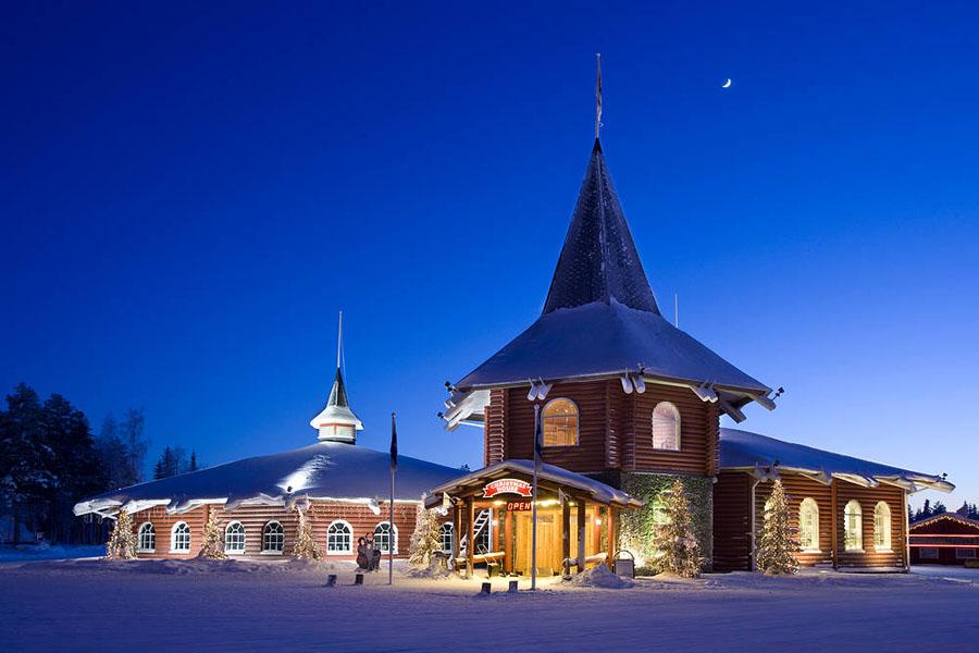 Joulupukin Pajakylä on nähtävä, vaikka se aikamoinen turistirysä onkin.