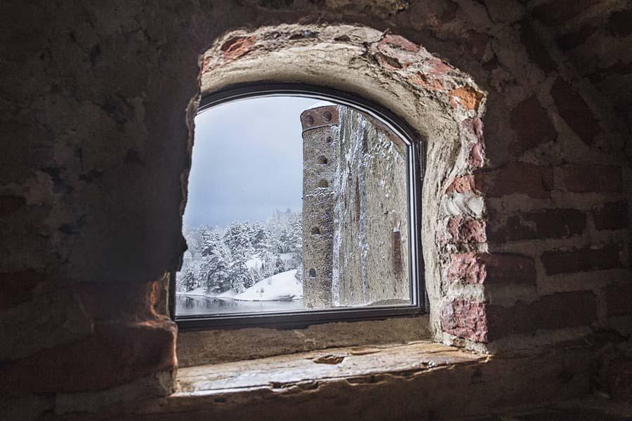 Tonttujen on hyvä kurkkia Olavinlinnan ikkunoista. Kuva: Pete Heck
