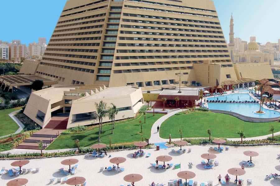 Radisson Blu -hotellilla on koema ranta ja hieno uima-allas.