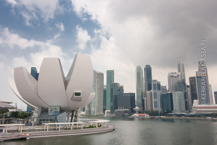 Singaporen Art and Science Museum näyttää ulkoapäin jättimäiseltä, rikkoutuneelta kananmunalta.