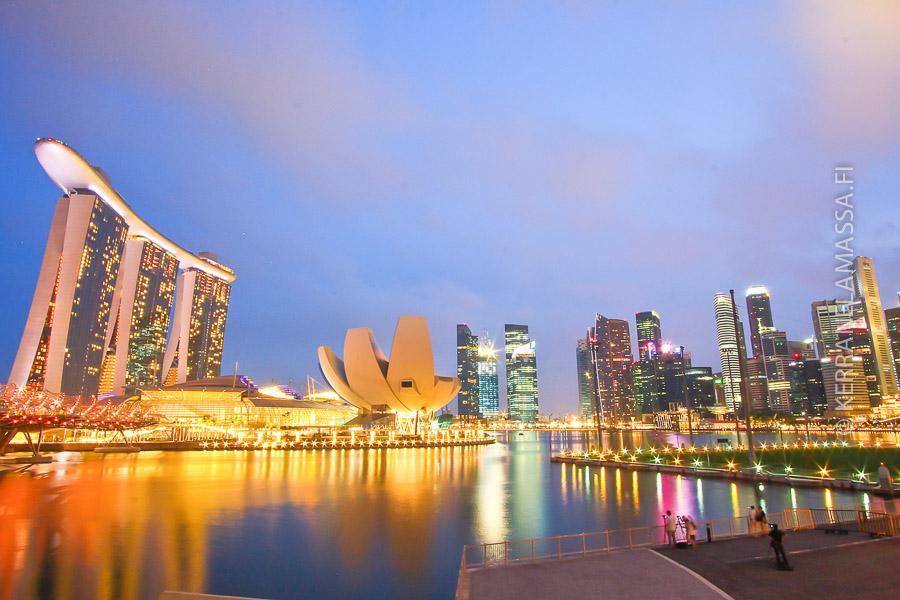 Kolmijalkainen Marina Bay Sands -kasino hallitsee Singaporen näkymiä.