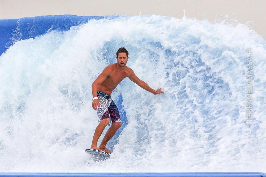 Sentosa-saarella pääsee myös surffaamaan – tosin tekoaalloilla.