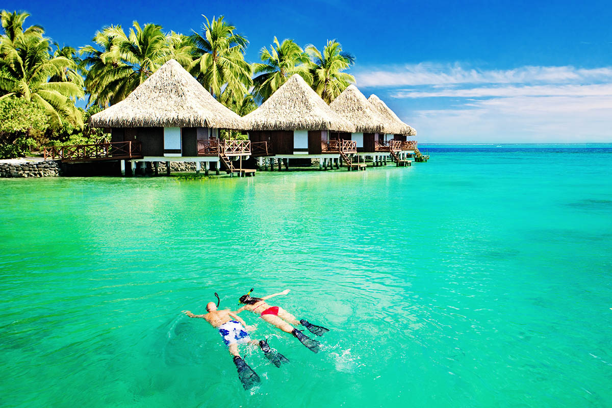 Malediivit snorklaus pariskunta